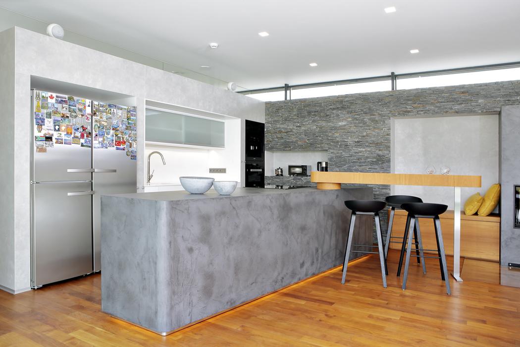 Dominantou kuchyně je ostrůvek vybavený spotřebiči Miele avýsuvnou digestoří sodtahem pod podlahu.