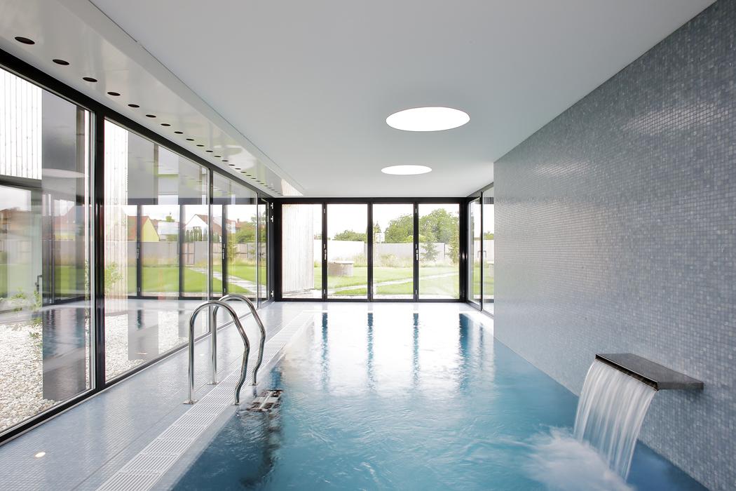 Na hlavní obytný trakt kolmo navazuje prosklený vnitřní bazén orozměrech 7 x 3m. Prosklené stěny lze odsunout a bazén tak přímo propojit se zahradou.