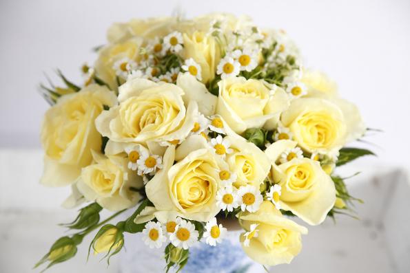 ´Limona´, typická velkokvětá růže, zdravá aodolná rostlina dorůstající dovýšky kolem 80cm. Barva květů je světle krémově žlutá, jemně voní. Ztohoto apodobných odrůd si můžete vytvořit nádhernou kytici, jak je patrné zobrázku.