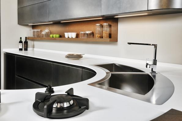 Materiál Lapitec® je dokonale kompaktní, hladký aodolný všem činitelům odvody až pochemikálie aoheň. Lze jej atypicky tvarovat apřímo naněm vařit naplynu či indukci. Nafotografii je pracovní deska otl. 12mm vmatném bílém provedení nakuchyňské lince Artika oditalské firmy Pedini.