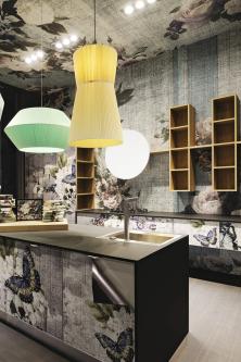 Společnost Aran Cucine představila novou kolekci Cover. Technologie digitálního tisku umožňuje vytvořit laminovaná dvířka, obklady stěn ipovrch stropu (tapety) sjednotným  přírodním motivem (nafotografii dekor Ecettico style)