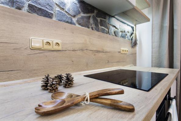 Desky zHPL laminátu sdekorem Dub true nature jsou knerozeznání odmasivního dubového dřeva, díky velké odolnosti si však zachovají nedotčený vzhled. Nabízejí kuchyňská studia Oresi.