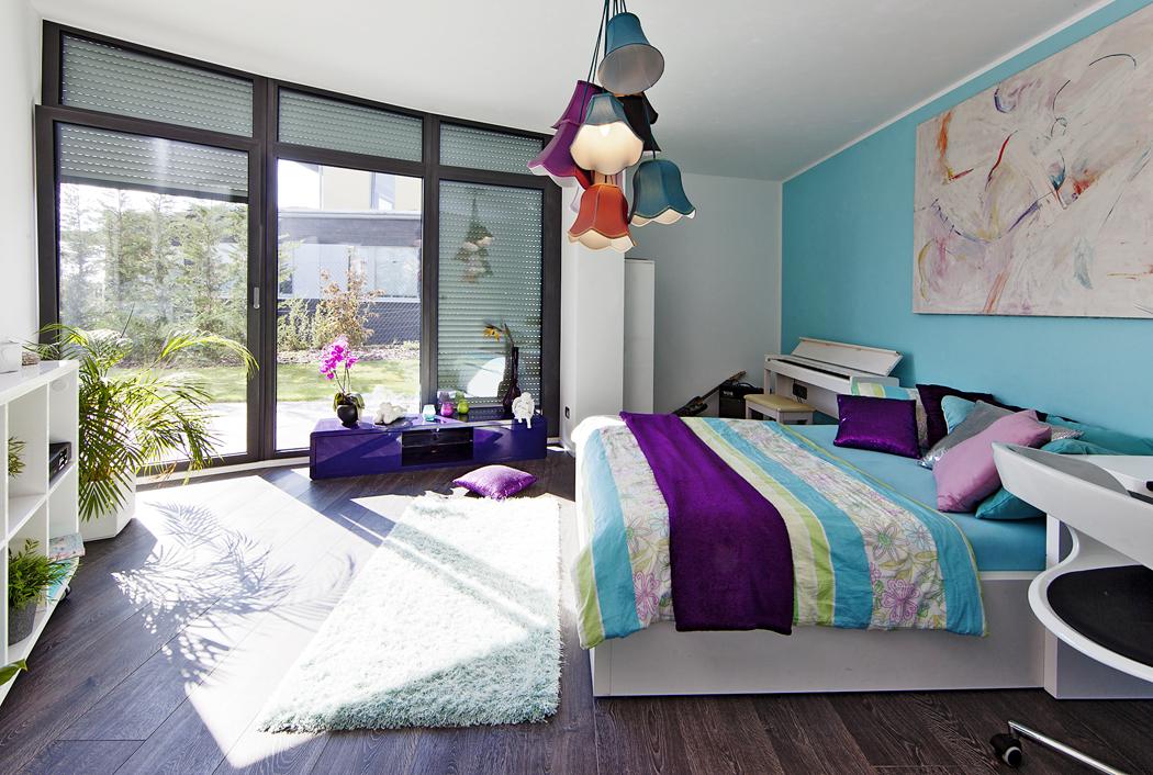 Ložnice mají  praktické laminátové podlahy sdekorem dřeva ajsou vybaveny jemnými měkkými textiliemi. Vholčičím pokoji přibyly barvy.