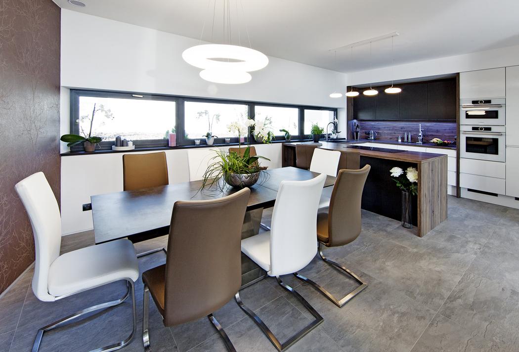 Téměř všechen nábytek realizovala společnost Pamax. Zajímavým doplňkem je jídelní stůl se skleněnou deskou, která imituje beton, akruhová LED svítidla, která dávají příjemné rozptýlené světlo.