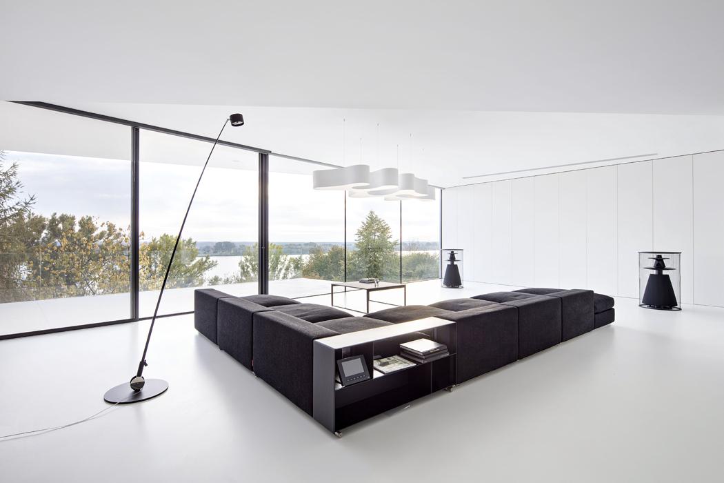 Hlavnímu obytnému prostoru dominuje bílá barva vkontrastu snábytkem Flexform aWalter Knoll aněkterými svítidly značky Vibia.