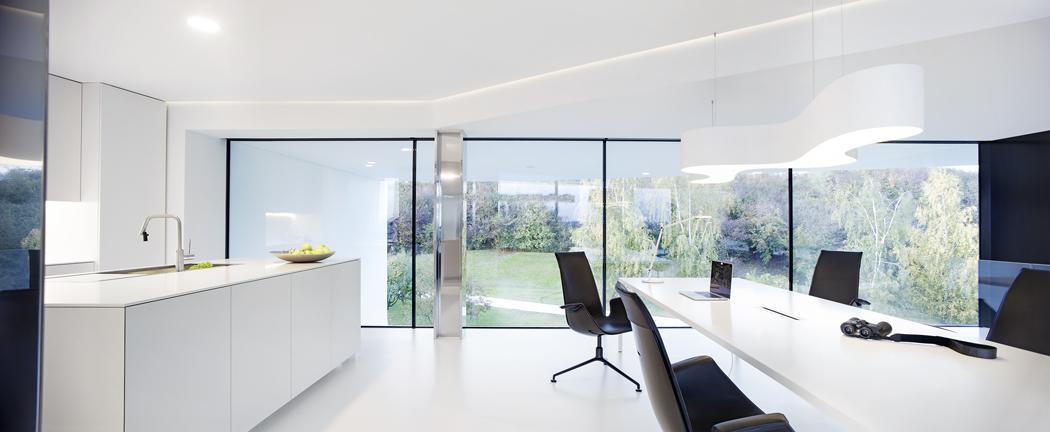 Interiér byl záměrně navržen v minimalistickém stylu, aby nepřebíjel krásu vnějšího prostředí.