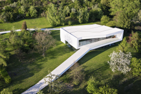 Betonová cesta vedoucí kdomu se stala výrazným motivem celého projektu By the Way House.