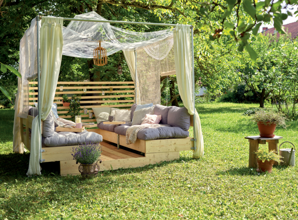 Originální a mimořádný nábytek je ten, který si člověk vyrobí sám. Právě k tomu má pomoci značka BUILDIFY. Pod tímto označením se skrývá materiál vhodný k výrobě vlastního interiérového nebo zahradního nábytku. Může to být police postavená z dřevěných beden, zahradní posezení anebo stolek s úložným prostorem. Pokud máte ale velkou fantazii, o to lépe, z tohoto materiálu je možné totiž postavit všechno. (Zdroj: Hornbach)