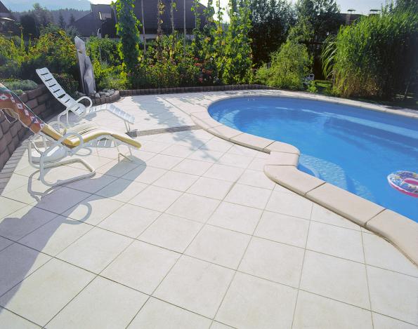 Okolí bazénu je z hlediska zahradní architektury velmi důležité. Tvoří ho většinou dlažba, proto musí být rostliny umístěny až zatouto zónou. Doširších spár se hodí některé byliny, jež snesou horko či sešlápnutí, například netřesky (HORNBACH)