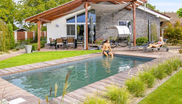 S celkovým sladěním bazénu a terasy sarchitekturou domu a zahrady, včetně vhodného umístění poradí zkušení zahradní architekti azástupci osvědčených firem (MOUNTFIELD)