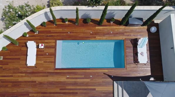 Vúvahu vezměte imíru soukromí. Bazén potřebuje nejen prostor navlastní vanu, ale inadalší využití, ať už jde ozastřešení nebo zahradní nábytek (DESJOYAUX)