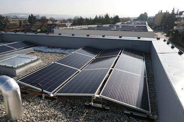 Solární energie jde zfotovoltaických panelů doměniče adoWATT routeru, který distribuuje energii dojednotlivých sítí azařízení. Energie se primárně akumuluje veformě tepla vakumulační nádrži, která obsahuje přes 300 litrů vody. Když se vyčerpá energie zfotovoltaických panelů, WATT router pustí dodomu proud ze sítě. Akumulátory tu nejsou – systém by to zvládl, ale bylo by potřeba instalovat jiný typ WATT routeru apodle propočtů by se vtomto domě baterie ani nevyplatily.