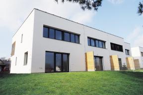 Zcela pasivní domy jsou vdeveloperských výstavbách unás unikátem. All Inclusive Development představuje rodinné domy Alea, které byly vyprojektovány apostaveny podle nejpřísnějších nároků napasivitu objektu.