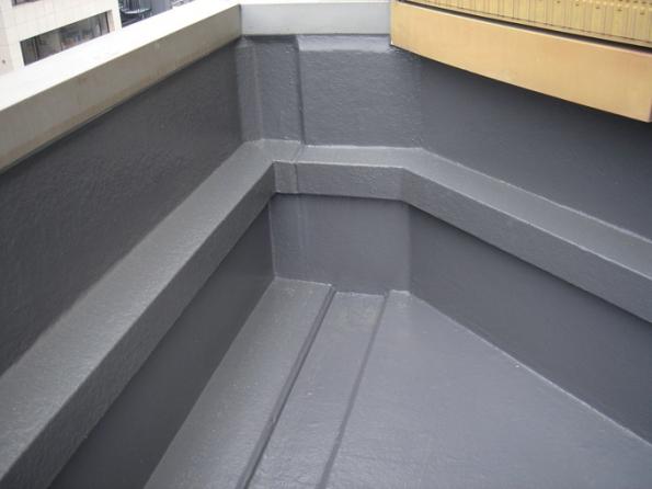 Střecha je jednou z nejdůležitějších částí budovy. Její hydroizolaci proto není radno podceňovat. Jaké jsou výhody tekuté hydroizolace? (Zdroj: Sika)