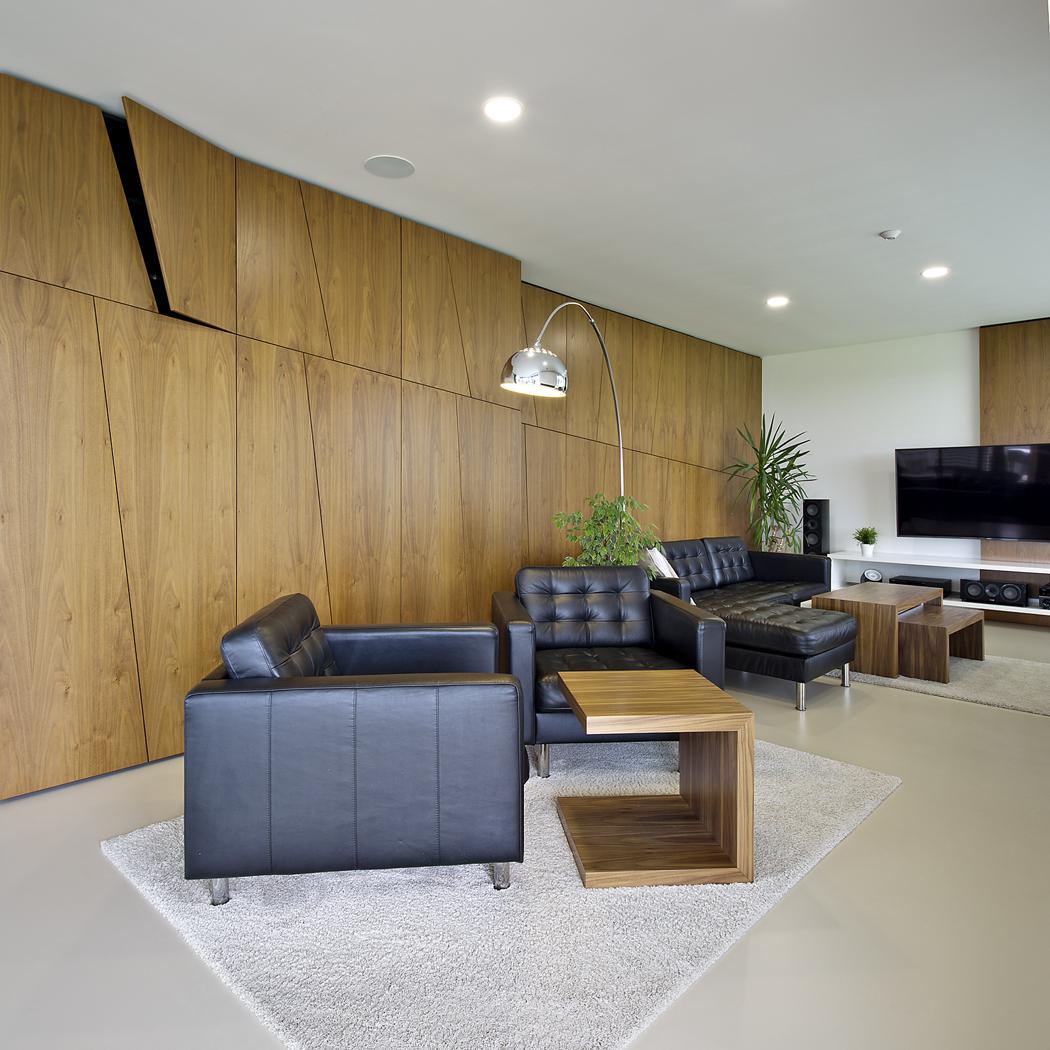 Sedací nábytek potažený černou kůží odráží ducha funkcionalistického designu třicátých let minulého století.