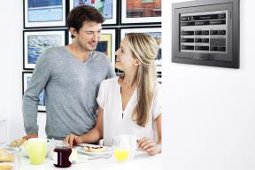 Celý dům avšechny jeho systémy můžete snadno ovládat centrálně pomocí dotykového displeje Unica.