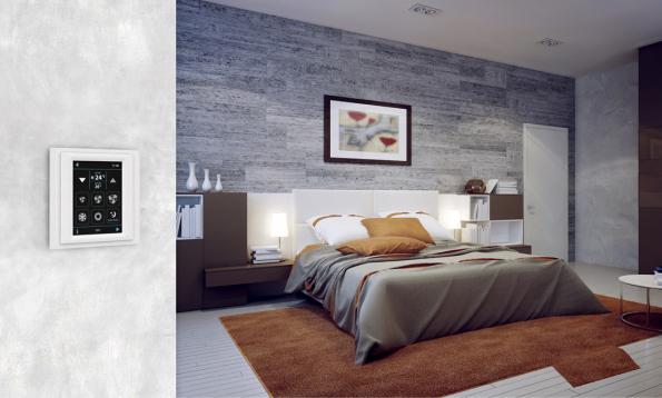 Efektivitě vytápění inteligentního domu napomáhá součinnost dalších systémů – řízeného větrání, stínicí techniky, ovládání oken, solárních termopanelů nebo fotovoltaiky.