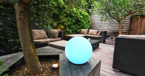 Dekorativní osvětlení AwoX SmartLIGHT Ambiance Sphere svestavěnou baterií může být díky krytí IP67 umístěno prakticky kdekoliv adokonce může i plavat vbazénu (MALL.CZ)