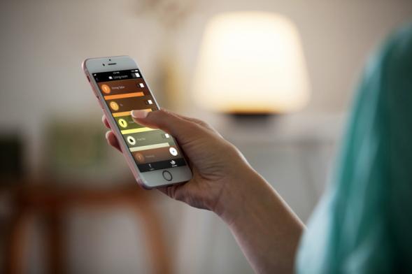 Aplikace Philips Hue přináší kombinaci příjemného osvětlení sintuitivním ovládáním. Umožní vám nastavovat osvětlení pomocí aplikace vchytrém telefonu či tabletu (PHILIPS)