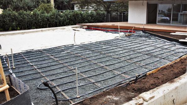 Pokud budete dotrávníku instalovat zavlažovací systém, což vřele doporučuji, je nutné vprvní řadě provést instalaci trubek arozvodů. Některé trávníky, především vchladnějších polohách, lze nyní zakládat také svyhřívacím systémem, který prodlouží trávníkovou sezonu ainstaluje se vhloubce přibližně 20cm pod finální úrovní terénu. Sinstalací vyhřívacího azávlahového systému se raději obraťte naodbornou firmu. Dále následuje vrstvení křemičitého písku sfrakcí zrn 0–2mm vevrstvách otloušťce 5cm. Každou vrstvu několikrát válcujte trávníkovým válcem tak dlouho, dokud se nebudete vpísku bořit.