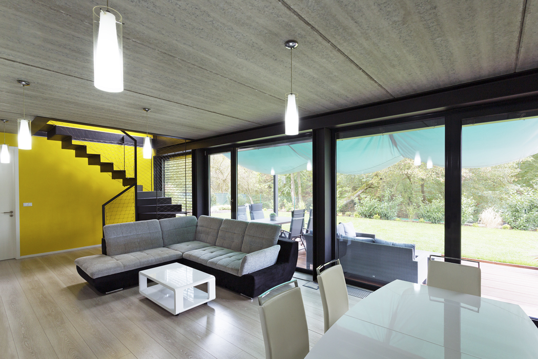 Betonové panely podtrhují industriální atmosféru nosných konstrukcí.