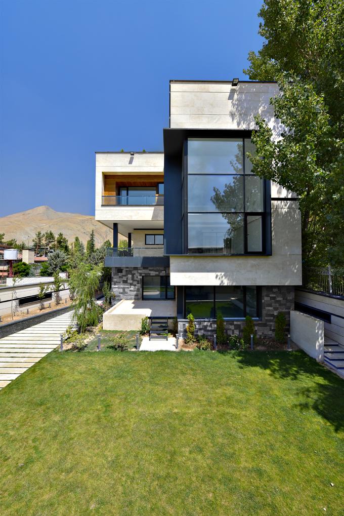 Ve spodní části domu se nachází bazén, který lze otevřením oken propojit s terasou. Velká okna jsou orientována směrem do zahrady, aby bylo zajištěno dostatečné soukromí majitelů domu.