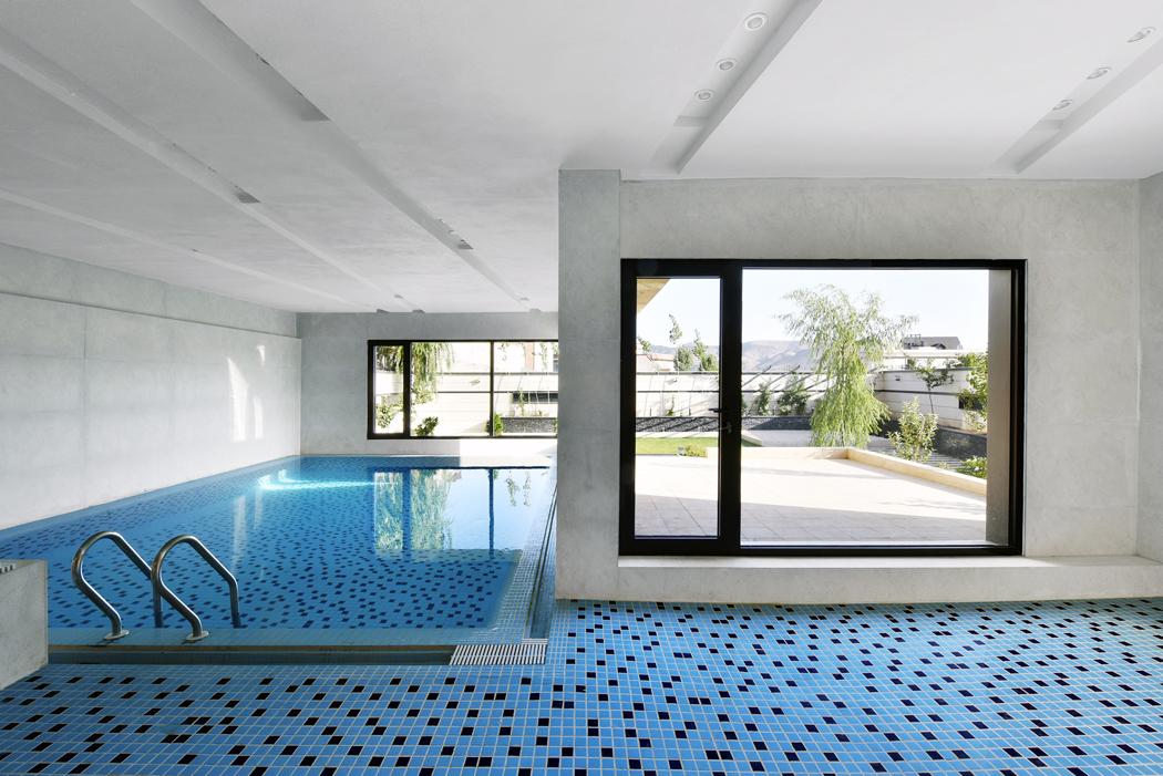 Vnitřní bazén s krásnou modrou mozaikou působí svěžím dojmem a umožňuje relaxaci za jakéhokoliv počasí.