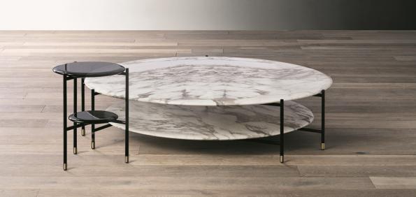 Společnost meridiani představila kolekci stolků Adrian vrůzných velikostech avýškách. Typická je subtilní trubková podnož adesky sušlechtilým povrchem – zmramoru, dýhy nebo lesklého laku.