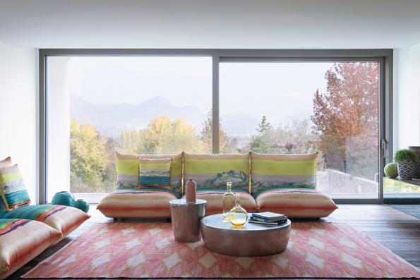 Krása květin, nebe azemě avýhledy nahory alesy jsou leitmotivem nových kolekcí bytových textilií adoplňků značky Missoni. Nafotografii pohovka akoberec ze série Panorama.