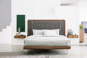 Postel Kilian se zaoblenými hranami, rámem zořechového dřeva, masivním čelem anočními stolky skoženými čely je přímo esencí přírodního stylu vmoderním pojetí (Porada)