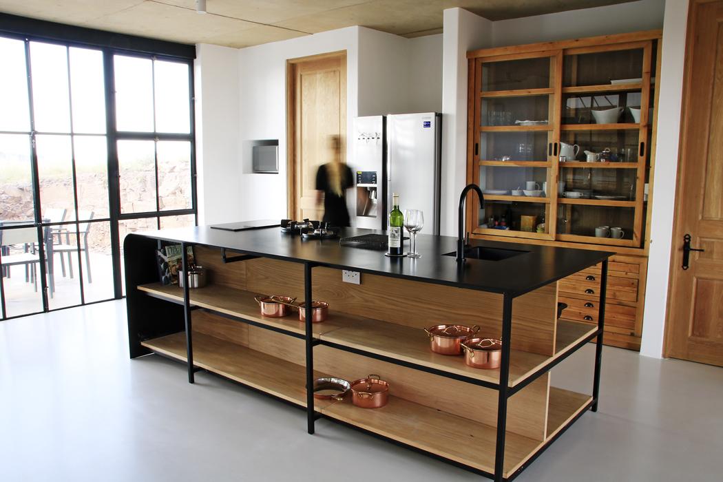 Kuchyňskou linku zběleného dubového dřeva spracovní deskou zčerného ocelového plechu navrhla Nadine Engelbrecht.