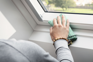 Střešní okna jsou zvenčí oplechovaná a chráněná před nepříznivými povětrnostními vlivy, přesto čas od času vyžadují vaši pozornost. Gumové těsnění postupně ztrácí pružnost, závěsy potřebují promazat a prachový filtr na ventilační klapce volá po vyprání. (Zdroj: VELUX)