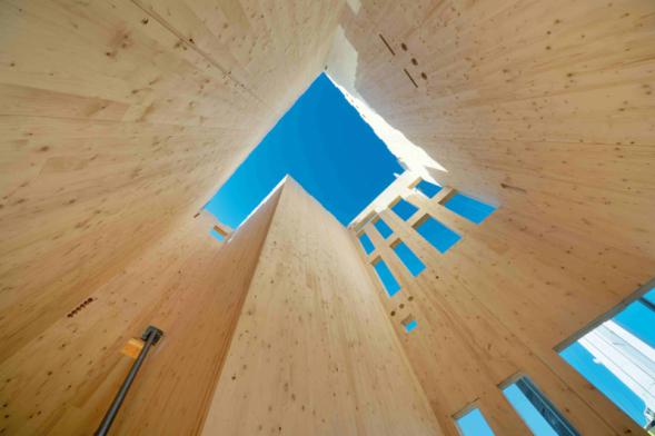 Montáž hrubé stavby rodinných domů z CLT panelů trvá cca 3–5 dnů od základové desky. Je možné je navrhnout i jako nulové budovy (Foto: Stora Enso)