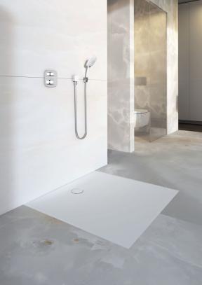 Novinka plochá sprchová vanička Geberit Setaplano, která je jemná a hebká na dotek. (Zdroj: Geberit)