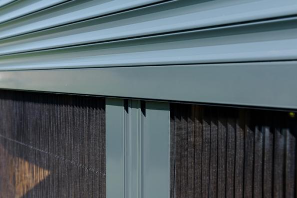 Při pořizování vhodného venkovního stínění přijde velmi brzy otázka týkající se barevného řešení rolet nebo žaluzií. Při výběru nejlepšího odstínu totiž máte neomezené možnosti – sladit stínění s exteriérem domu, sázka na jistotu v podobě univerzálních tónů, vlastní barevné preference nebo následování designových trendů. (Zdroj: Minirol)