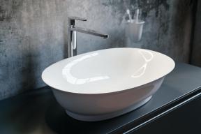 Společnost Laufen představila vylepšenou technologii SaphirKeramik, která má srovnatelnou pevnost s ocelí a dvakrát větší tvrdost než klasická skelná keramika. Tento materiál je využit ve zcela nové kolekci The New Classic od Marcela Wanderse (Zdroj: Laufen)