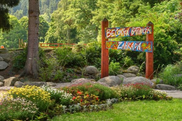 Průvodce parkem, o. s., vespolupráci se Společností pro zahradní akrajinářskou tvorbu, o. s., aNárodním památkovým ústavem připravily již IX. ročník Víkendu otevřených zahrad vednech 9.–10. června. Událost, která vznikla veVelké Británii, otevírá běžně nepřístupné zahrady adává novou dimenzi poznání. Letošního ročníku se zúčastní 200zahrad pocelé České republice. Více informací nawww.vikendotevrenychzahrad.cz