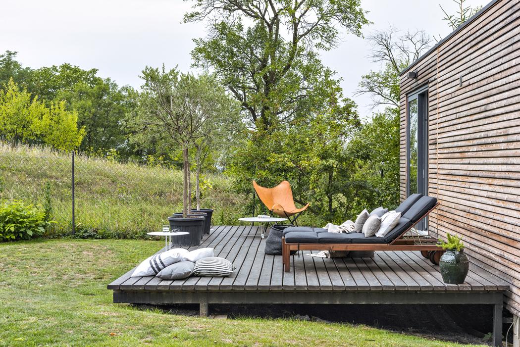 Zvýchodní terasy domku je pěkný výhled nasvažitý pozemek přirozeně upravené zahrady.