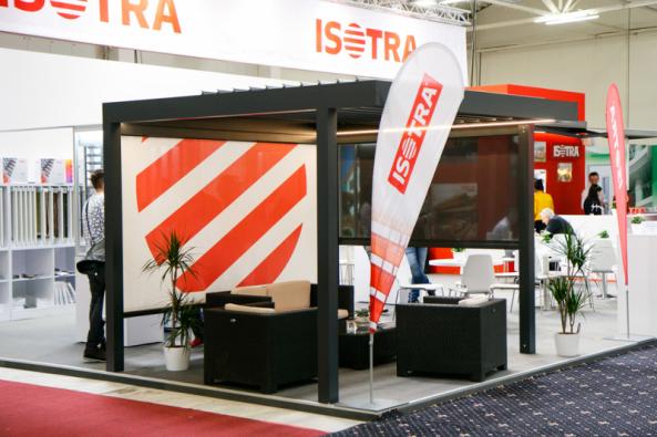 Samonosná bioklimatická pergola ARTOSI je navržena v inovativním a čistém designu z vývojového oddělení společnosti ISOTRA. Základní rozměry výrobku šíře až 7 m a výsuvu 4 m splňují přísné nároky na současný uživatelský komfort. (Zdroj: ISOTRA)