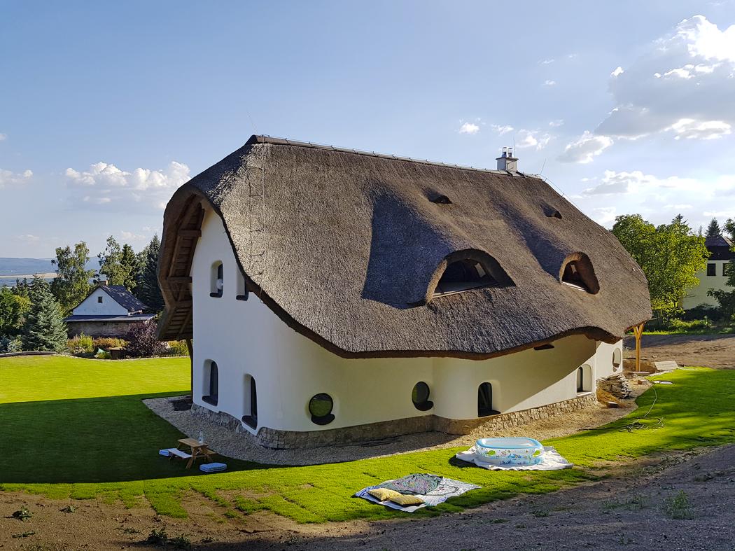 Dům je severní stranou posunut ksevernímu okraji pozemku, kde se svah prudčeji zvedá klesu. Natéto straně jsou menší okna doložnice, koupelen, WC, spíže akuchyně.