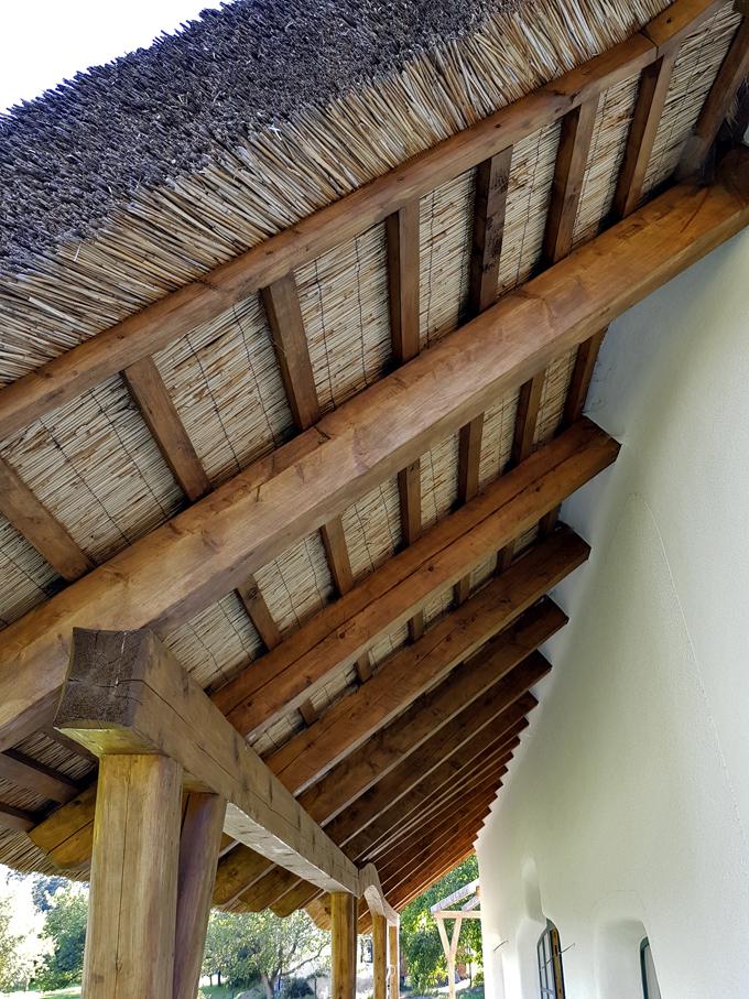 Přesah střechy najižní straně domu vytváří vlétě příjemný stín. Velikost přesahu dovolí naopak zimnímu slunci zasvítit dooken atak pomoci dům ohřát.