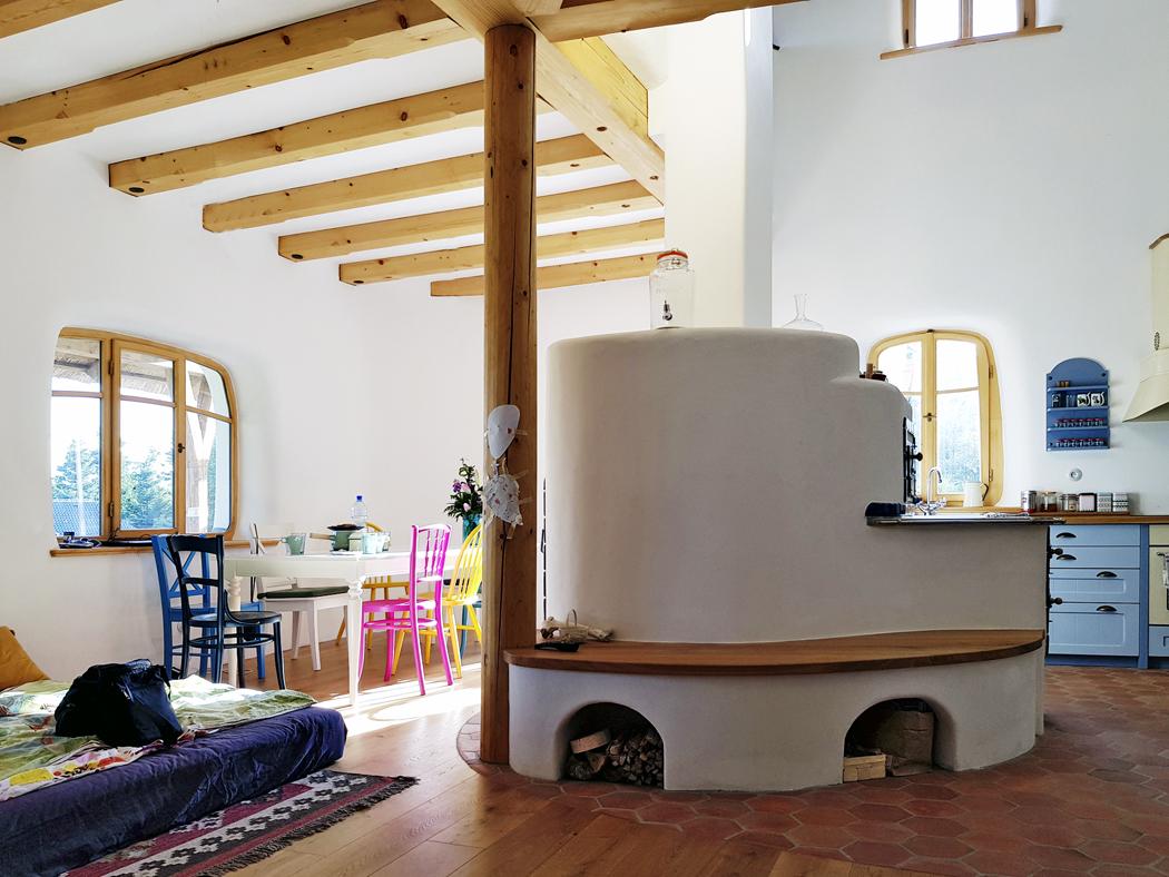 Srdcem domu je pec. Obsahuje sporák navaření atroubu, vedruhé části pak akumulační topeniště, které je orientováno směrem kjídelnímu stolu.