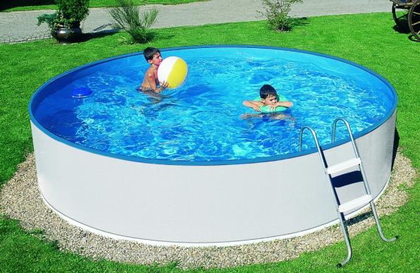 Nadzemní bazén Orlando. Léto je období dovolených a sluníčko nás přímo vybízí k relaxaci u vody. Pokud máte zahradu, nemusíte se za vodními hrátkami trmácet k rybníku či na přeplněné koupaliště. Můžete si vytvořit privátní pláž v soukromí vlastní zahrady. (Zdroj: MARIMEX)