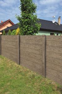 Plotové dílce dřevo. Společnost PRESBETON letos rozšířila stávající nabídku deskového plotového systému o nový reliéf. Jedná se o velice zdařilou imitaci dřeva, kdy všechny betonové části tohoto montovaného plotu mají jednotný reliéf v podobě dřeva a svým vzhledem krásně doplňují ostatní exteriérové prvky. (Zdroj: PRESBETON)