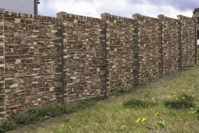 Plotový systém Opuka mix reliéfní. Společnost PRESBETON letos rozšířila stávající nabídku deskového plotového systému o nový reliéf. Jedná se o velice zdařilou imitaci dřeva, kdy všechny betonové části tohoto montovaného plotu mají jednotný reliéf v podobě dřeva a svým vzhledem krásně doplňují ostatní exteriérové prvky. (Zdroj: PRESBETON)
