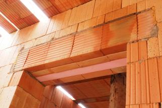 Kousek od Prahy, v oblíbené rezidenční oblasti, se rodí nový rodinný dům, který je v mnoha ohledech průkopníkem. Náš redakční tým je při tom a bedlivě sleduje všechny stavební fáze. Přinášíme popis stavby domu budoucnosti e4 krok za krokem. (Zdroj: Wienerberger)