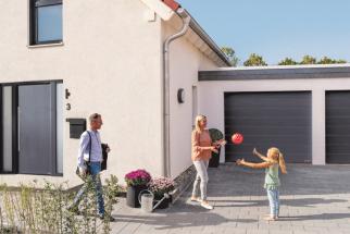 Od letošního jara si mohou zákazníci společnosti Hörmann vybrat některý zproduktů zařazených do tradiční Akce 2019. Za zvýhodněné ceny jsou vnabídce vybrané oblíbené výrobky ze segmentu garážových vrat a domovních dveří. (Zdroj: Hörmann)