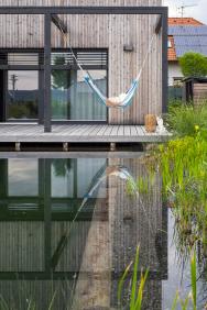 Kposezení narůzných místech zahrady slouží různé formy sezení, například lavice, houpačky, vaky, aje tu dokonce ihamaka.