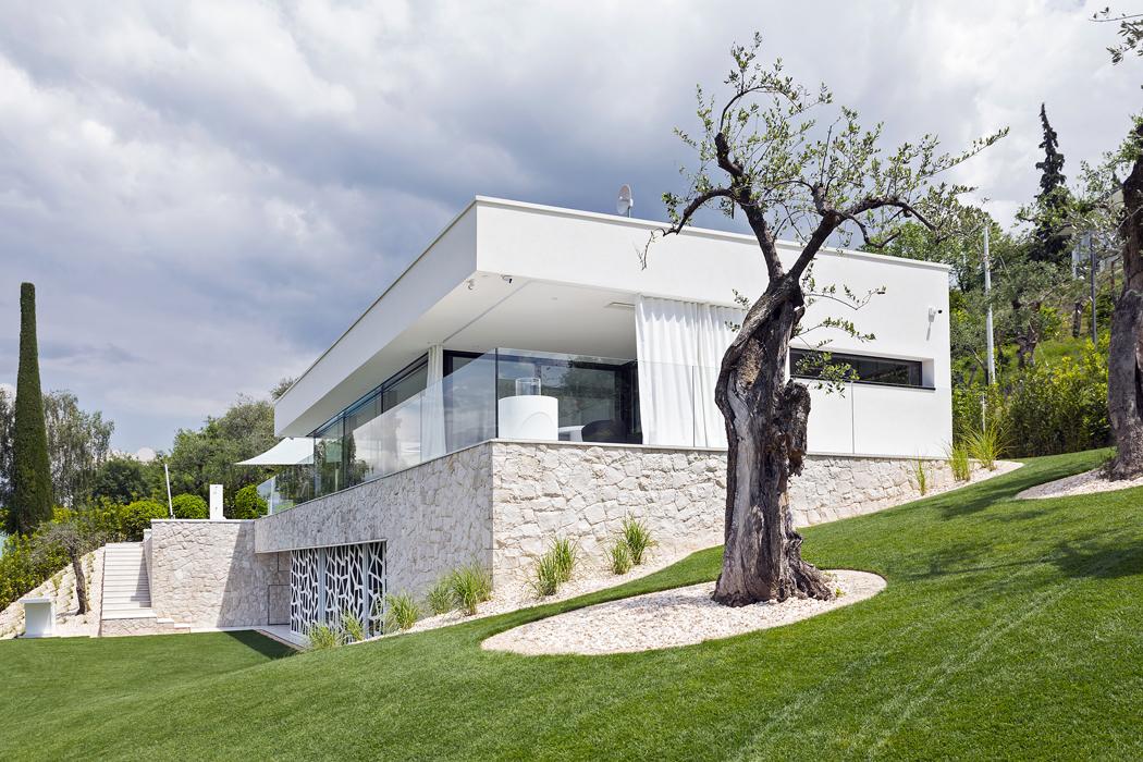 Kamenný obklad přízemí avenkovního schodiště imituje tzv. kyklopské zdivo asymbolizuje spojení domu shorskou oblastí. Kámen také dobře akumuluje teplo achrání dům proti přehřívání.
