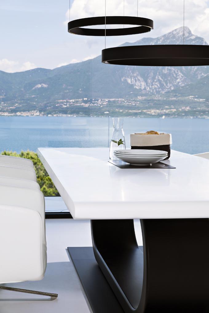 Jak venkovní, tak vnitřní pobytové zóny jsou navrženy tak, aby maximálně využily výhled. Jídelní stůl vobývacím pokoji jako by stál pod širým nebem, bez jakékoliv bariéry mezi interiérem aexteriérem.